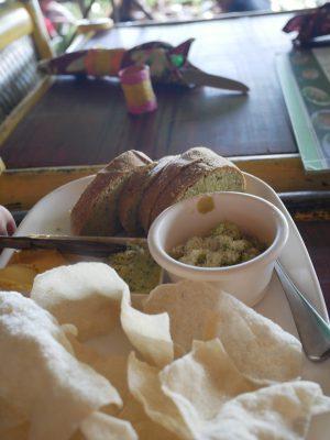 最初に出されたパンとバターのセット。このパンはモリンガが練り込まれてる。敷地内の