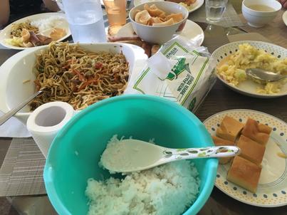フィリピンの焼きそば、手前はデザート
