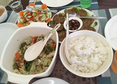 学校の食事、野菜炒めなど
