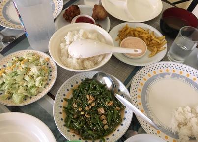 学校の食事、空心菜炒めなど